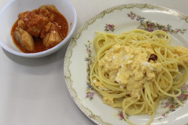 みそをトマト缶で溶いたソースでチキンを煮込んだ一品と、スパゲティ・ペペたま風