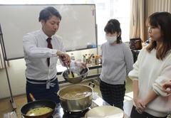 麺をゆでる水には白だしを加え、その茹で汁でガーリックや赤唐辛子を炒め、そこに溶き卵を加えました