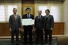 7月豪雨募金を塩田鹿児島県知事(左から2人目)と、生協コープかごしまの松薗理事長(左)と医療福祉生協連の水谷さん(知事の右となり)